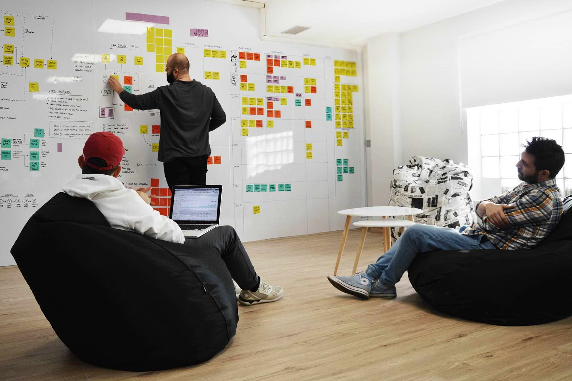 Reunión creativa en la oficina de waka