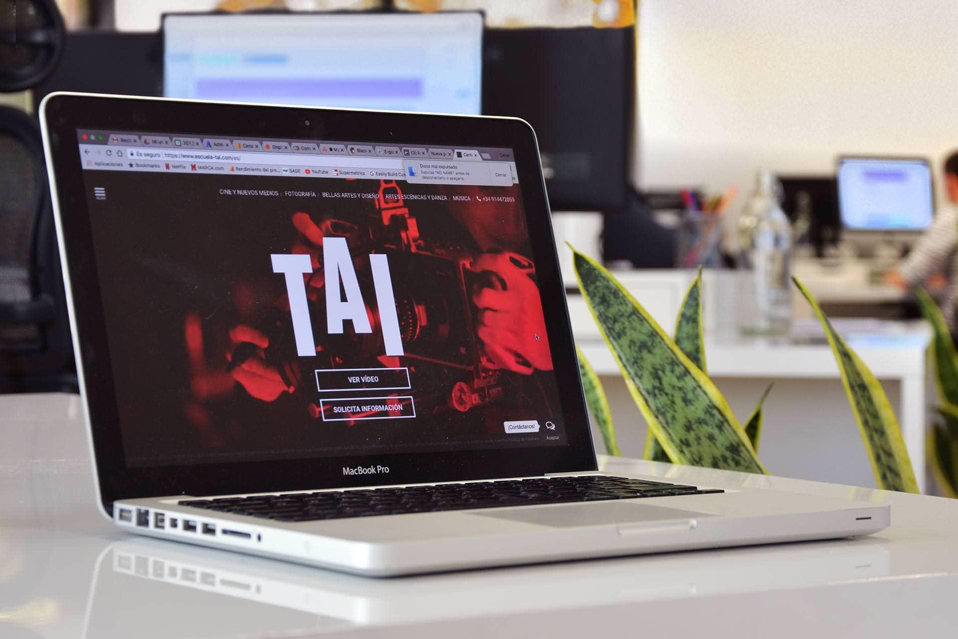Portatil mostrando la web de TAI